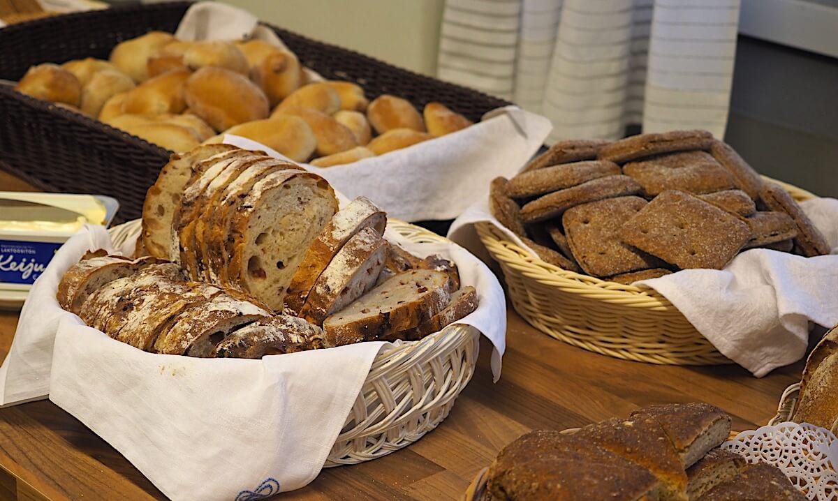 Leipiä pöydällä