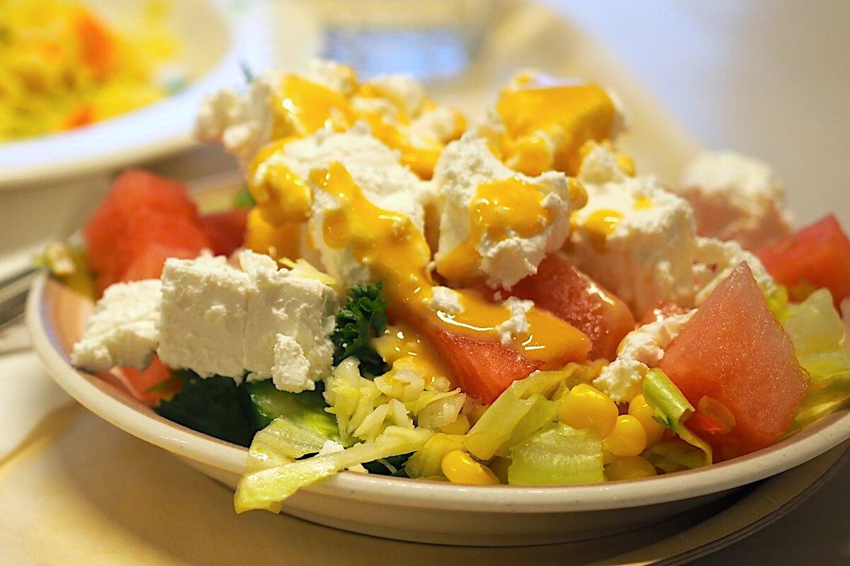 Salaattiannos lautasella