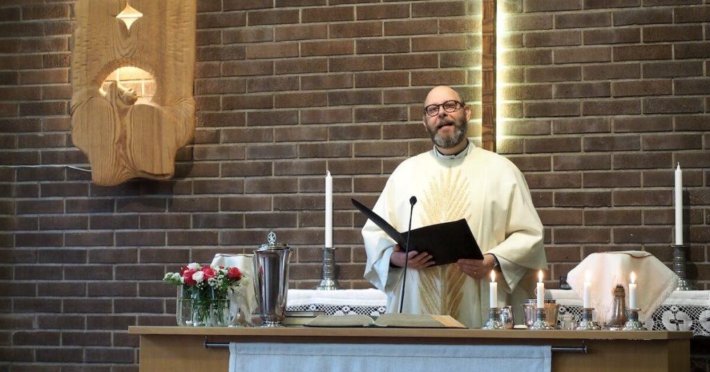Lauri Vartiainen toimittaa jumalanpalvelus