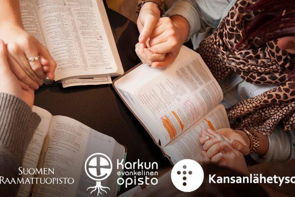 Nuorten Raamatun peruskurssilla Kauniaisissa opiskelevat nuoret lukevat Raamattua