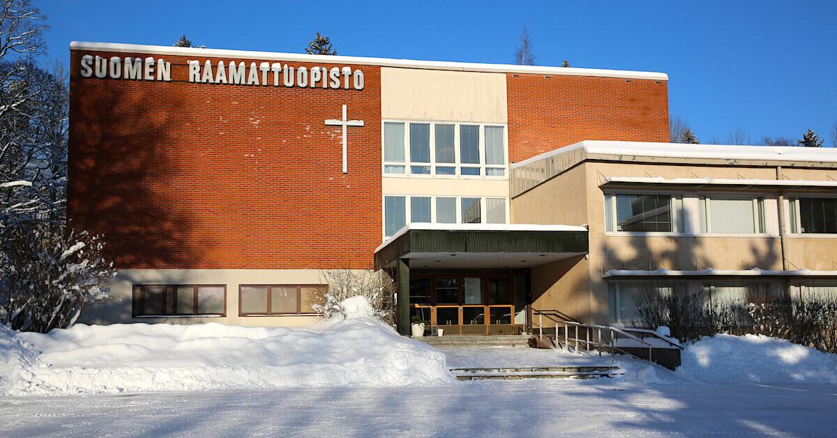 Suomen Raamattuopiston luminen päärakennus Kauniaisissa