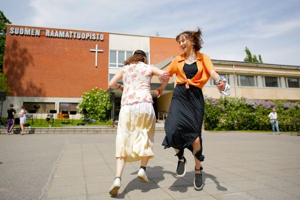 Opiskelijat tanssivat Suomen Raamattuopiston pihalla